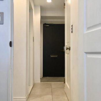 玄関までの廊下もタイル張り