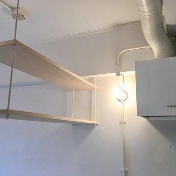 吊り下げ式戸棚にもちょっとしたものが置けそう