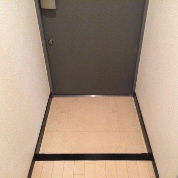 玄関はコンパクトに。※写真は3階の同間取り別部屋のものです