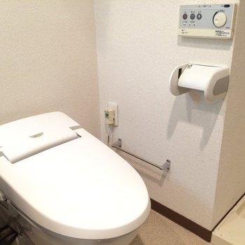 トイレにはウォシュレット付き。※写真は3階の同間取り別部屋のものです