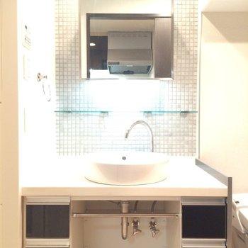 大きな独立洗面台。タイルが可愛い。※写真は3階の同間取り別部屋のものです
