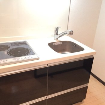 2口IHのシステムキッチン※写真は3階の同間取り別部屋のものです