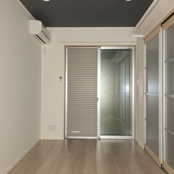 ベッドとテレビは左側がいいかな※写真は1階の同間取り別部屋のものです