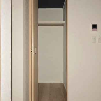 縦長の収納です。ロングコートも掛けられますね※写真は1階の同間取り別部屋のものです