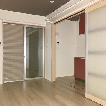 スライドドアを開けるとキッチンがありました。行ってみましょう※写真は1階の同間取り別部屋のものです