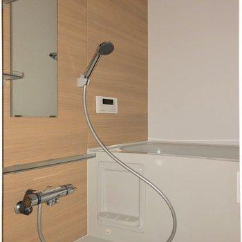 木目調のパネルがお風呂をより癒しの空間にしてくれそうです※写真は1階の同間取り別部屋のものです