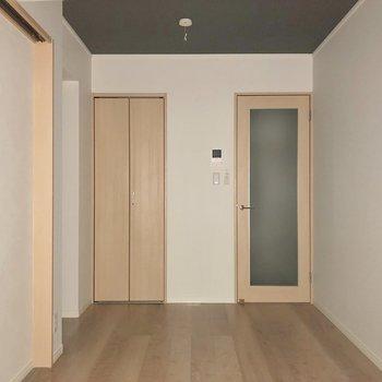 天井とフロアのコントラストが素敵※写真は1階の同間取り別部屋のものです