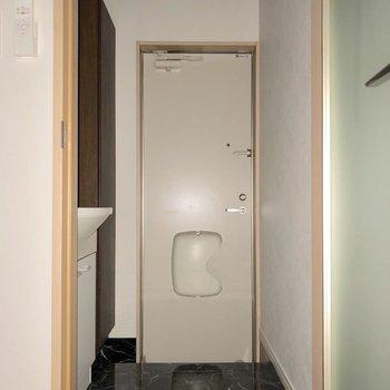 透明感がある廊下です※写真は1階の同間取り別部屋のものです