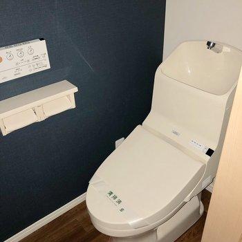 トイレはシックな雰囲気にスタイリッシュなデザイン※写真は1階の同間取り別部屋のものです