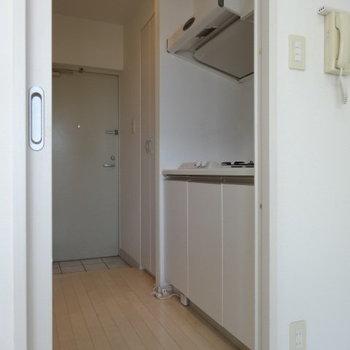 キッチンもホワイトで統一感◎(※写真は清掃前のものです)