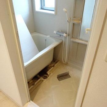 お風呂も広めです。窓付きも助かる◎(※写真は清掃前のものです)