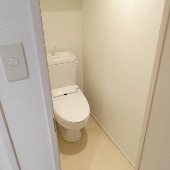 トイレはウォシュレット付き♪上に棚もついてます。(※写真は清掃前のものです)
