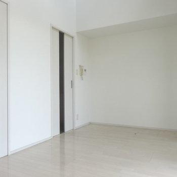 ホワイトの壁と淡い色の床。ロフトのハシゴは窓辺にも掛けられます。(※写真は清掃前のものです)