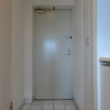 玄関も白。土間も広い!(※写真は清掃前のものです)