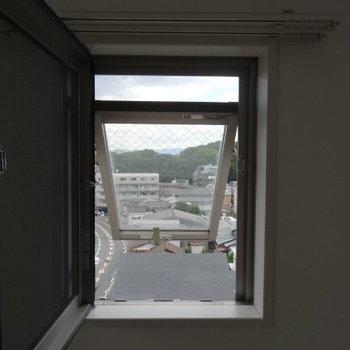 こんな小さな窓からも空が見えるのです。(※写真は清掃前のものです)
