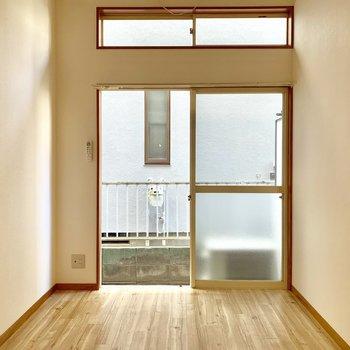 【洋室】上の小さい窓も開けられますよ