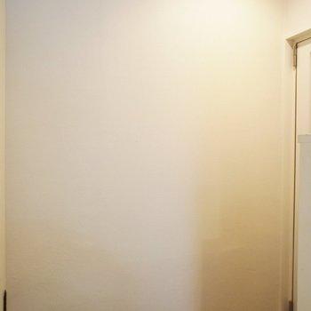 玄関はL字に曲がるので、居室をのぞかれる心配もなし。