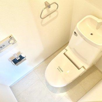 トイレは上部に棚も付いています。