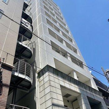 大通りを曲がるとすぐにある背の高い建物。