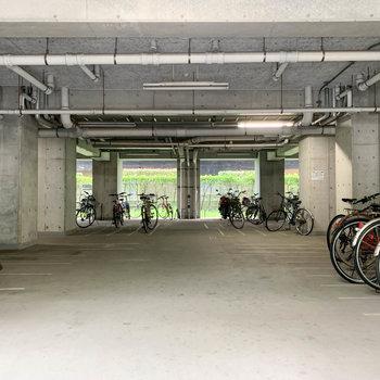 エントランス横、屋根付きの駐輪場。