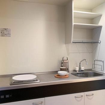 キッチンは一口IHながら、作業場が広めの作り。※写真は7階の同間取り別部屋のものです