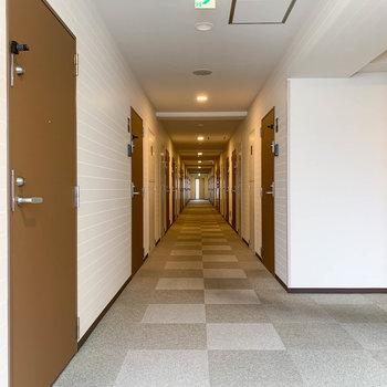 お部屋前の共用部です。ホテルのような雰囲気。