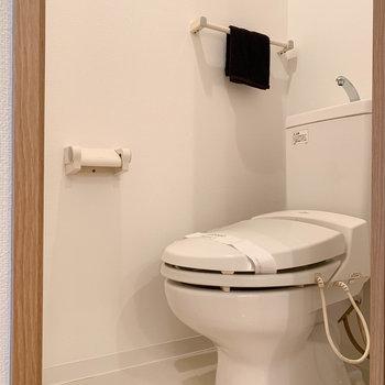 サニタリーの向かいに、独立したトイレがあります。※写真は7階の同間取り別部屋のものです