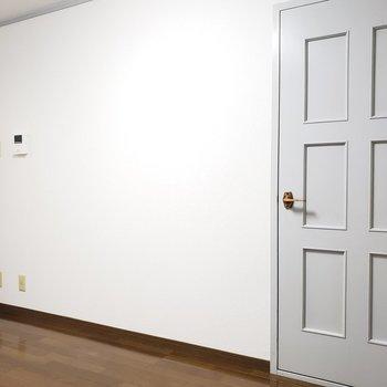 なんともレトロ感漂う扉。