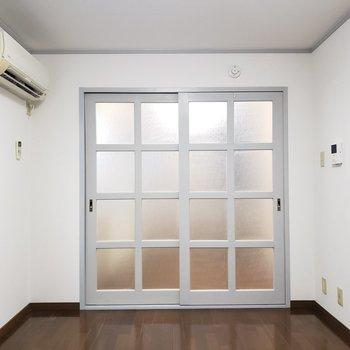 すりガラスの向こう側はキッチン。