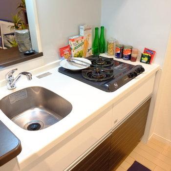 キッチンは2口ガスコンロ※写真はモデルルームです。