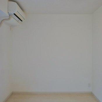 シンプルな室内。