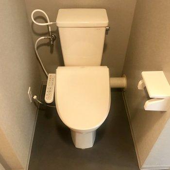その後ろにはトイレが! 嬉しいウォシュレット付きなの!※写真は別部屋のものです