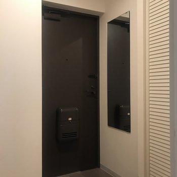 玄関はちょっと狭いから、靴はしっかりと靴箱へ