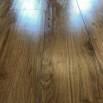 床は渋めの木目調、味があって良い!