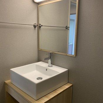 シンプルなオリジナル洗面台※写真は別部屋のものです