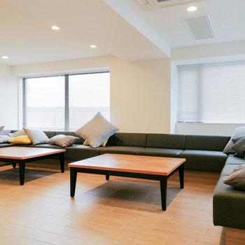 シェルフの隣にはソファが。のんびりしたり、談笑したりに。