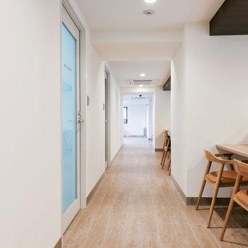 廊下にはコインランドリーとカウンターデスクを配備。