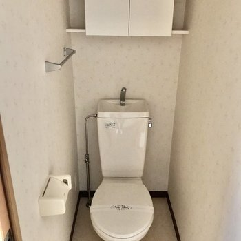 収納棚付きのトイレ。※写真は通電前です