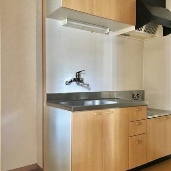 キッチン横に冷蔵庫スペースがあります。※写真は通電前です
