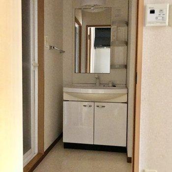 サニタリーには独立洗面台があります。※写真は通電前です
