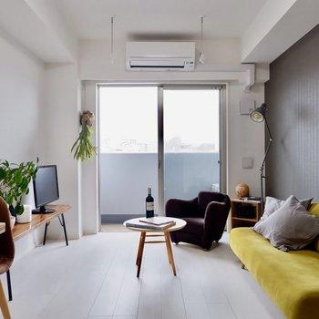 ブラウンのアクセントクロスが上品さを増しますね。※家具・雑貨はサンプルです