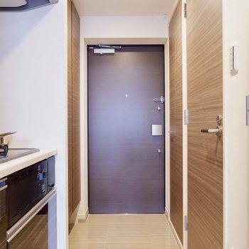 キッチンからそのまま、フラットに近い玄関です。※家具・雑貨はサンプルです