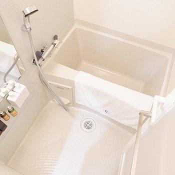浴室も無駄なく、十分な広さです。※家具・雑貨はサンプルです