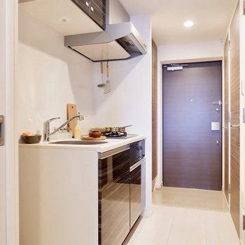 キッチン廊下はゆったりしていて、人の行き来もできるくらいです。※家具・雑貨はサンプルです