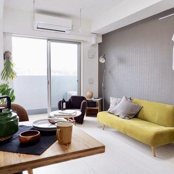 カフェテーブルとソファがあってもまだゆとりがあります。※家具・雑貨はサンプルです