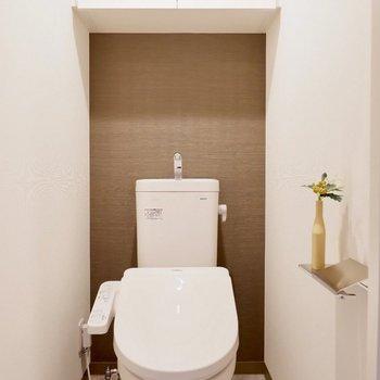お手洗いの壁にもアクセントクロスが。※家具・雑貨はサンプルです