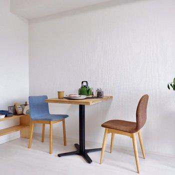 自宅でもカフェで食事しているかのように。※家具・雑貨はサンプルです