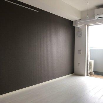 壁にはピクチャーレールがついています。※写真は2階の反転間取り別部屋、通電前のものです