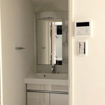 コンパクトな脱衣所に洗面台が。※写真は2階の反転間取り別部屋、通電前のものです