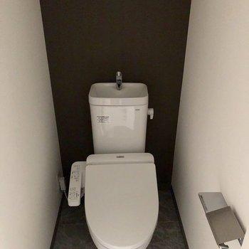 トイレは嬉しいウォシュレット付き。※写真は2階の反転間取り別部屋、通電前のものです